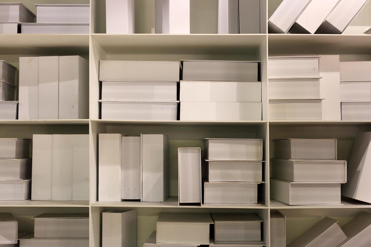 libros blancos en el fondo del estante foto