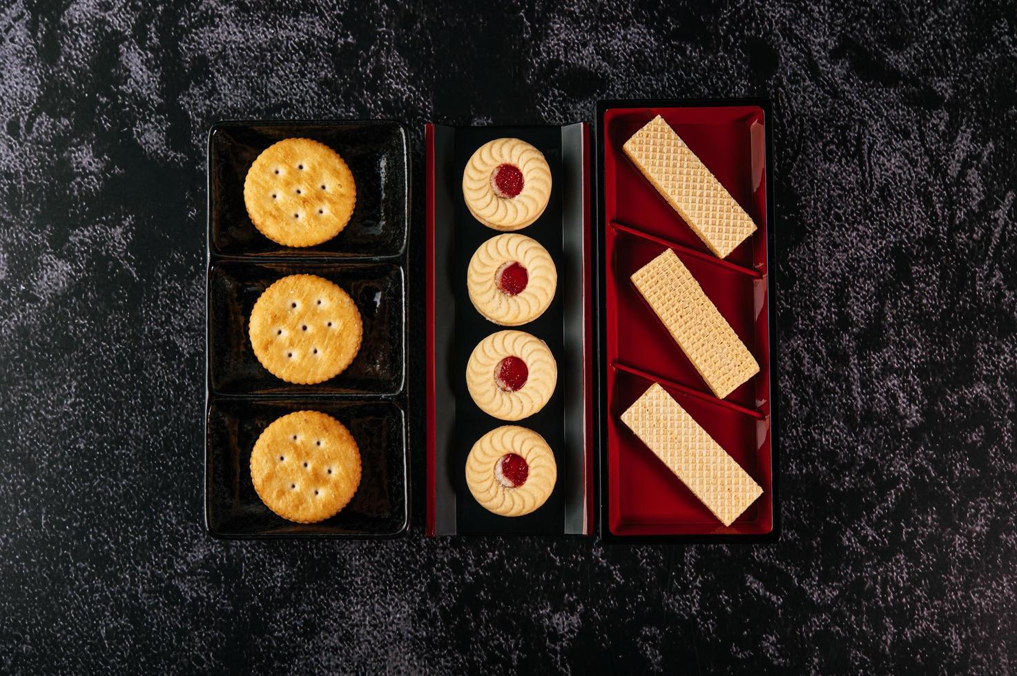 galletas bellamente dispuestas en un plato foto