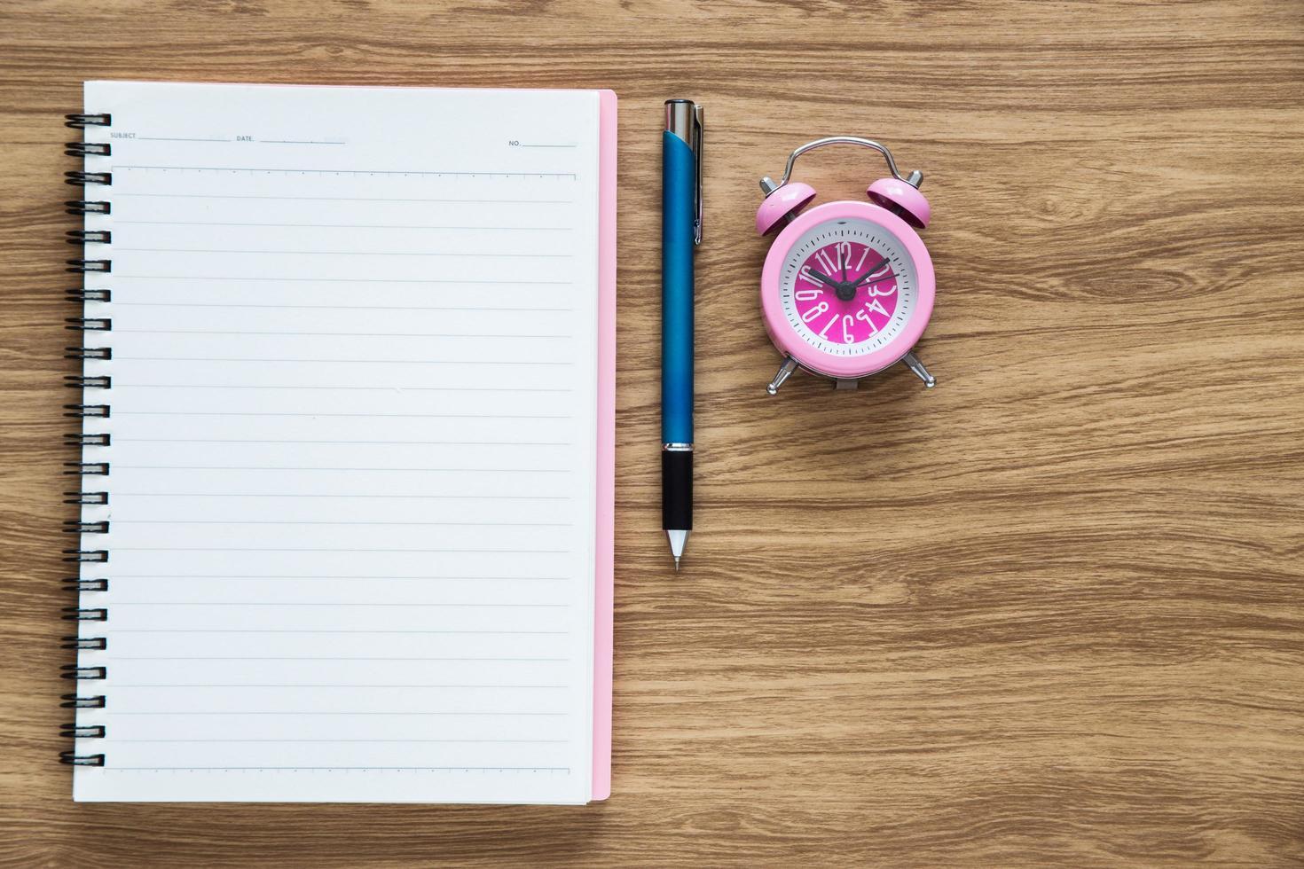 Vista superior del cuaderno de papel en blanco en el espacio de trabajo foto