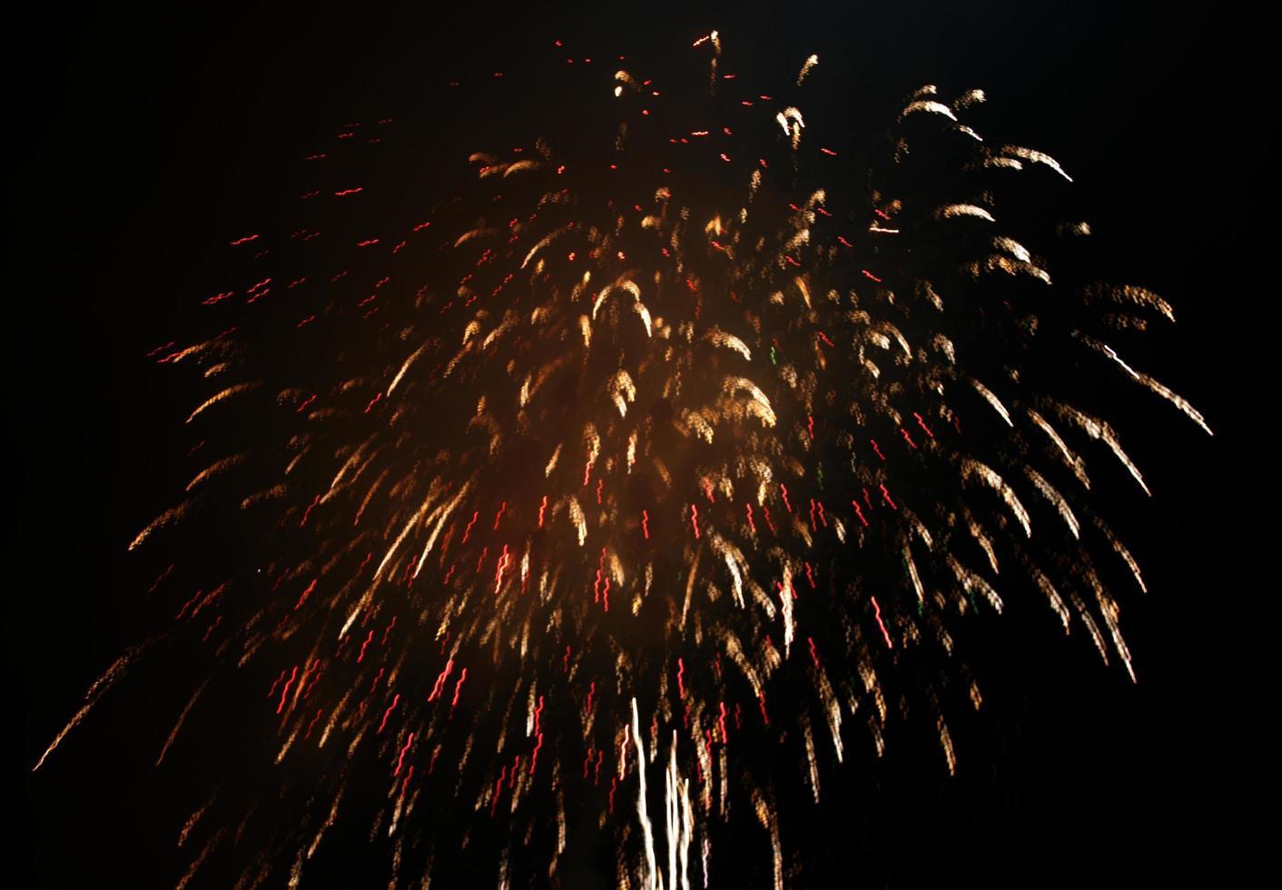 fuegos artificiales dorados en el cielo foto