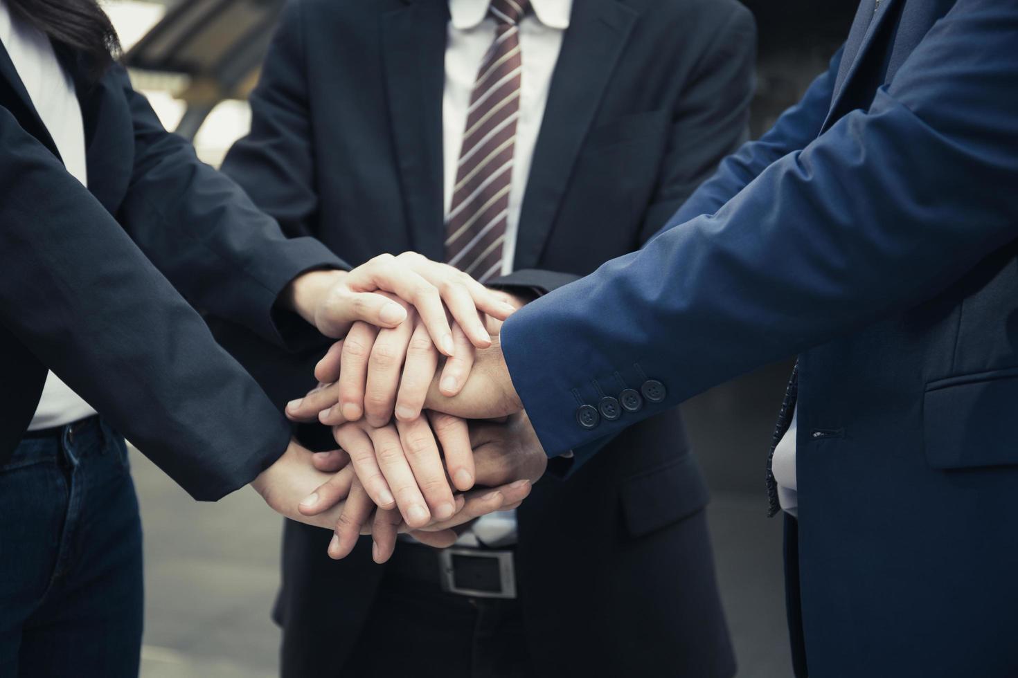 grupo de socios comerciales con las manos juntas foto