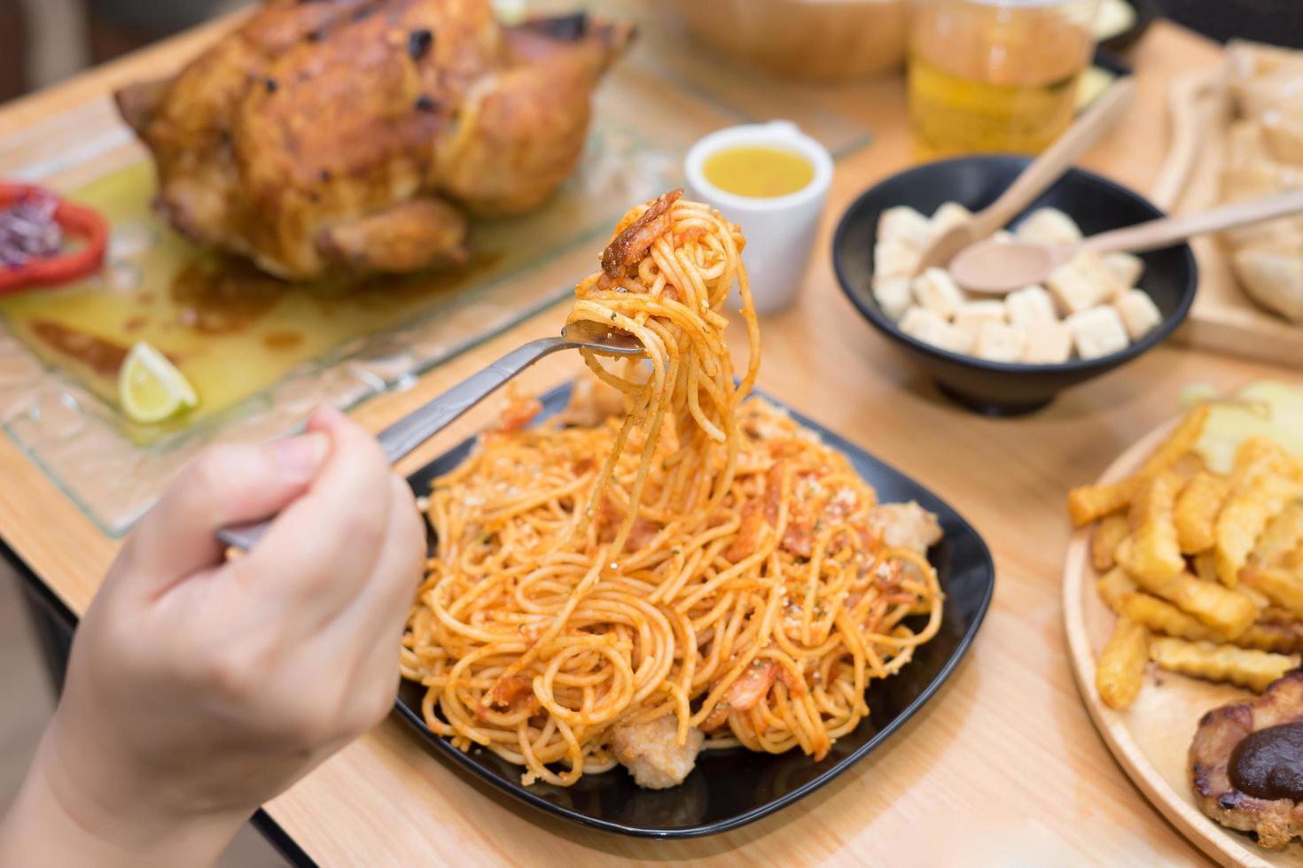 espaguetis servidos en un plato negro foto