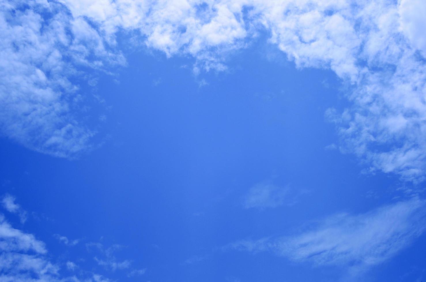 cielo azul con algunas nubes foto