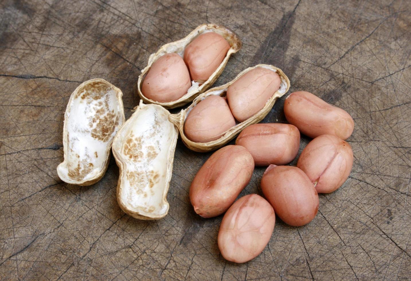 cacahuetes naturales sobre madera foto