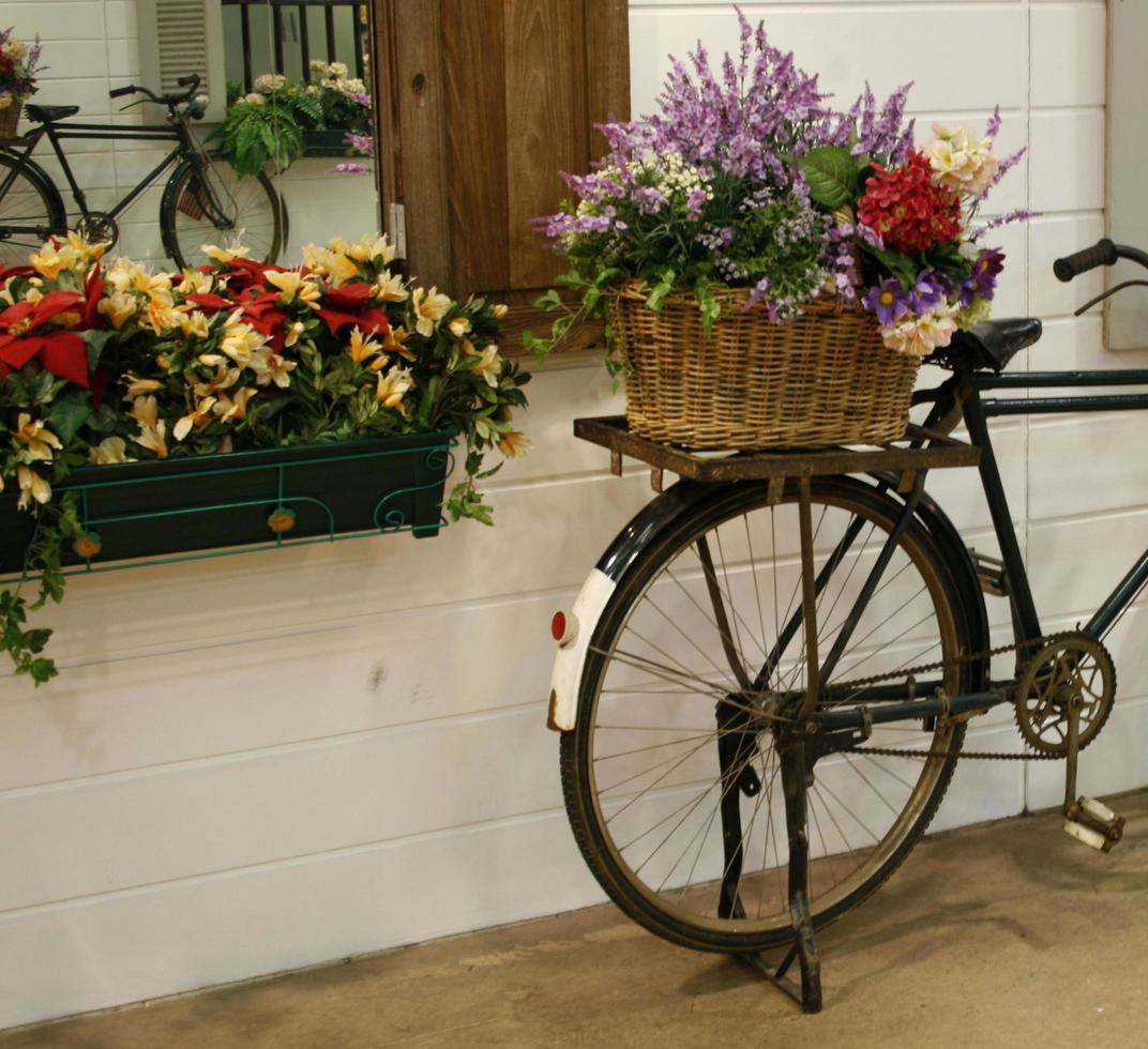 bicicleta con flores en la canasta foto