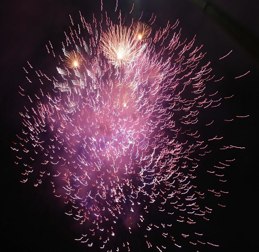 fuegos artificiales morados y dorados foto
