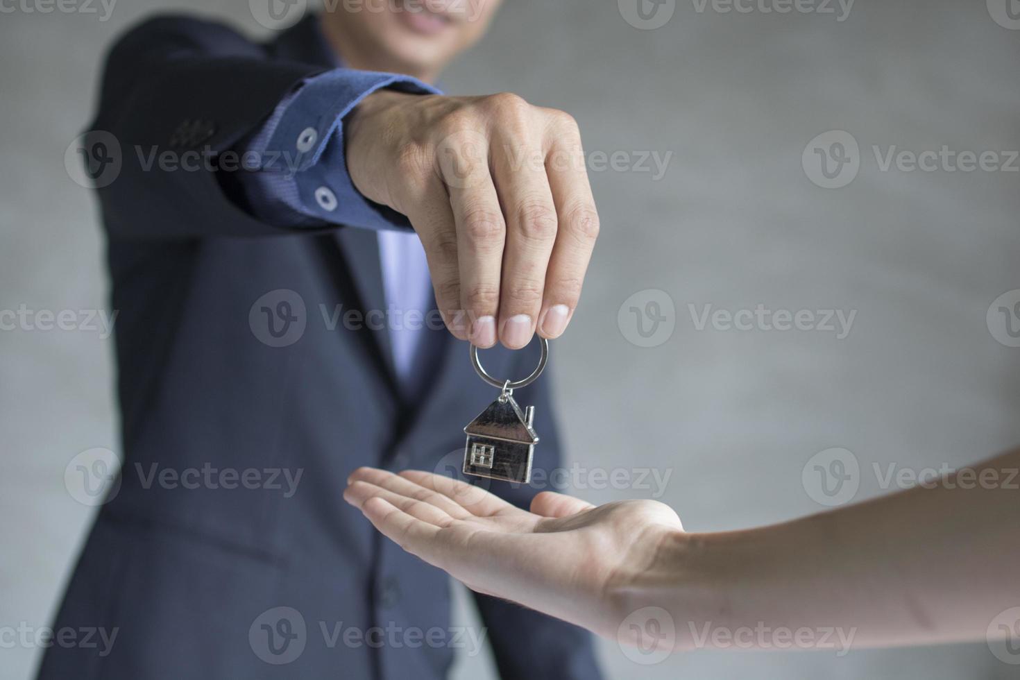 agente de la casa y bienes raíces toman la clave para los propietarios foto