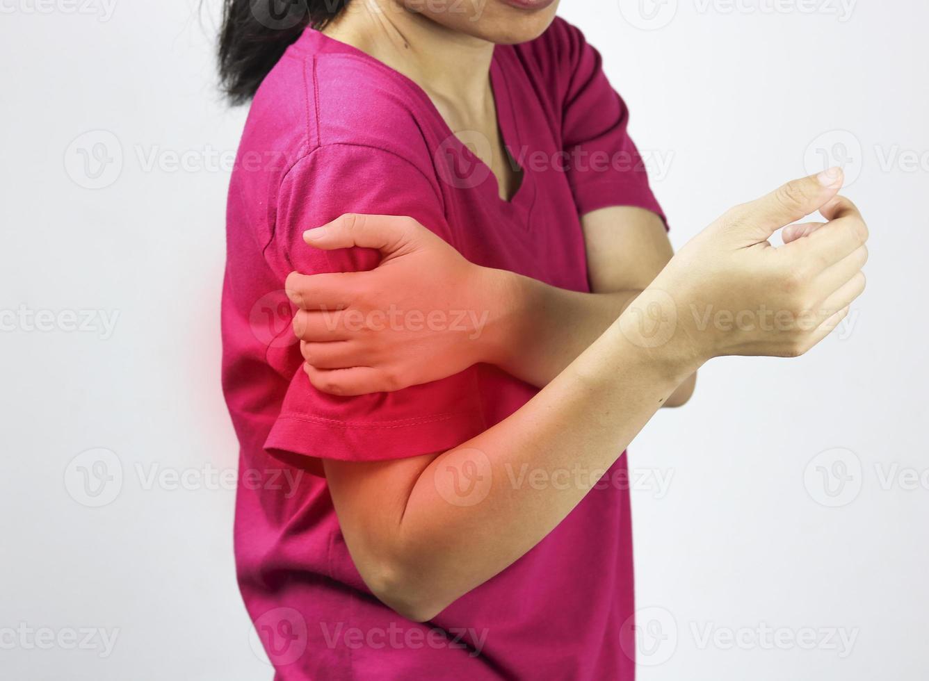 la mujer tiene dolor de brazo y hombro foto
