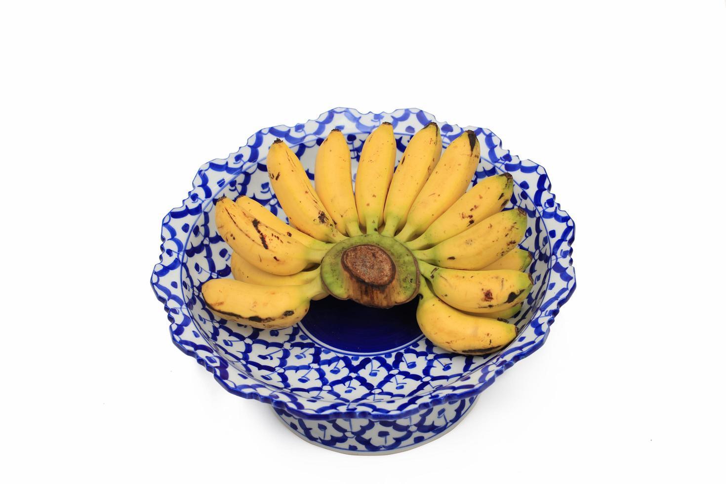Plátanos amarillos en un plato tradicional tailandés foto