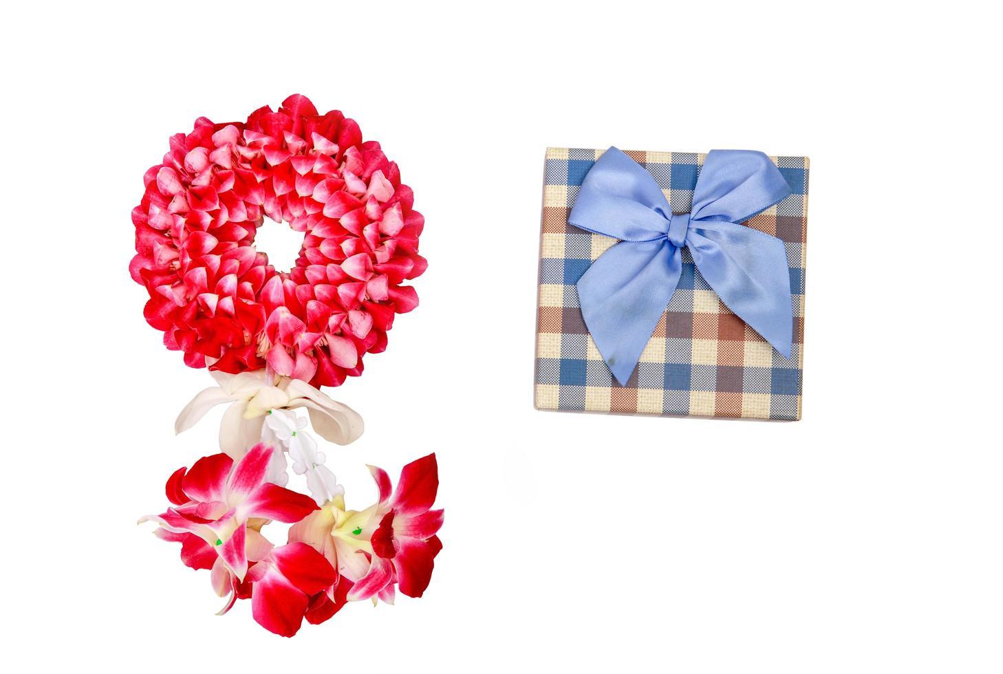 Caja de regalo de guirnalda de orquídeas sobre un fondo blanco. foto