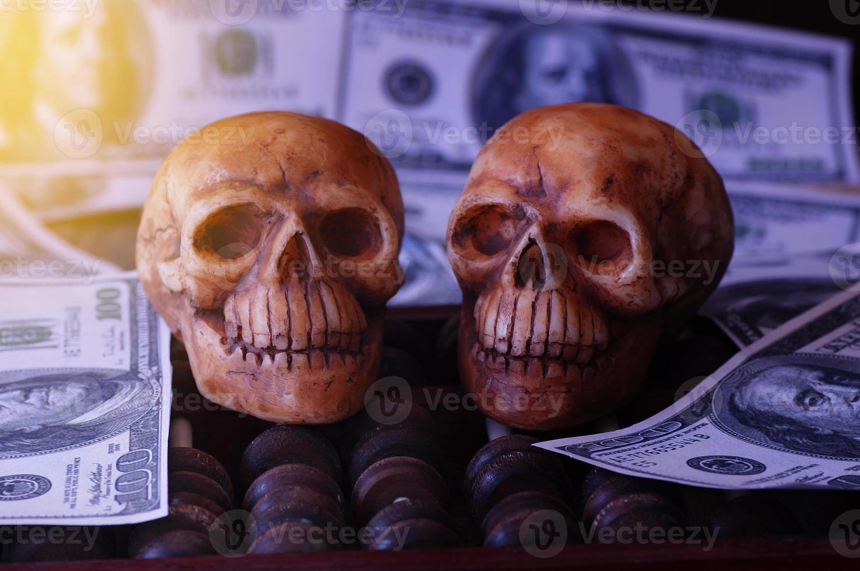 calaveras en billetes de banco foto