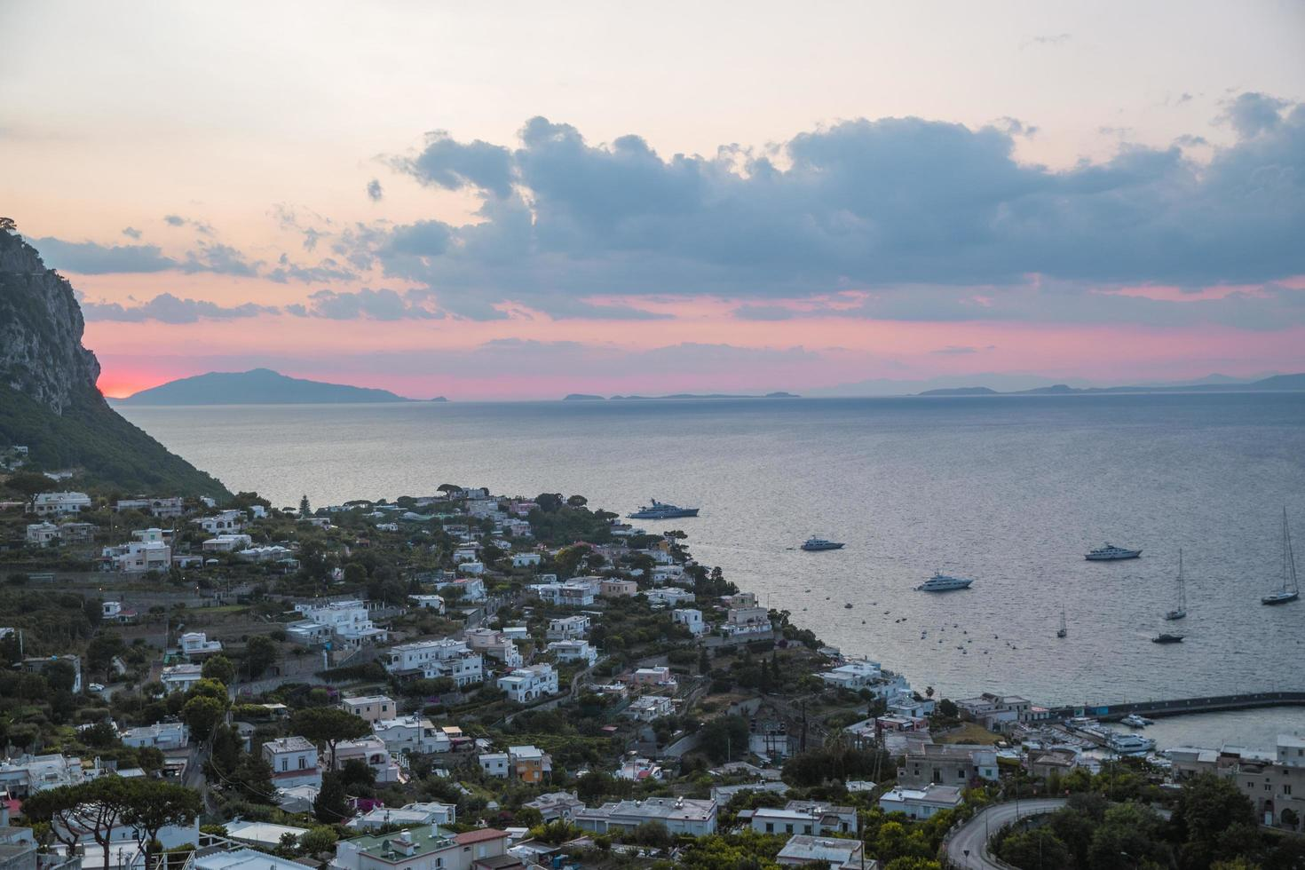 puesta de sol en capri, italia foto