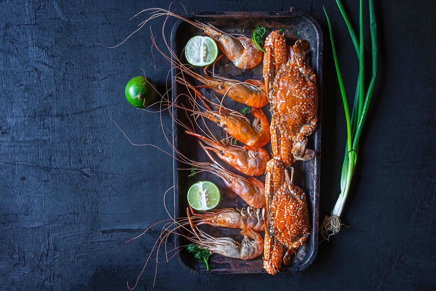 camarones y cangrejo en una bandeja foto