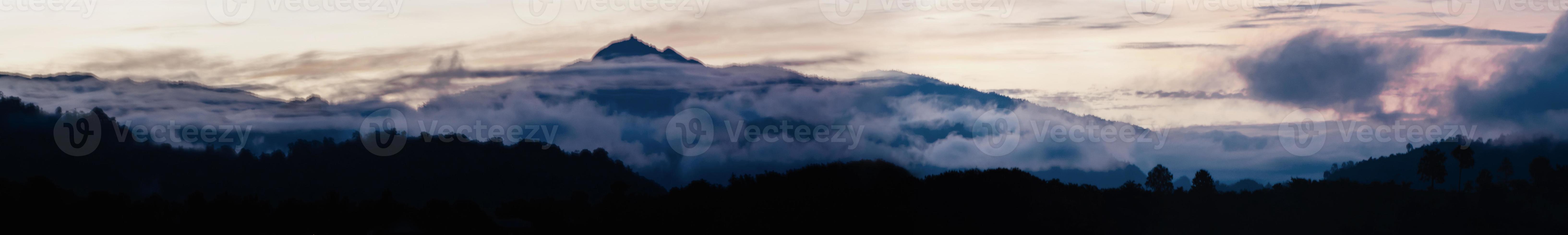 panorama de la montaña y el cielo i foto