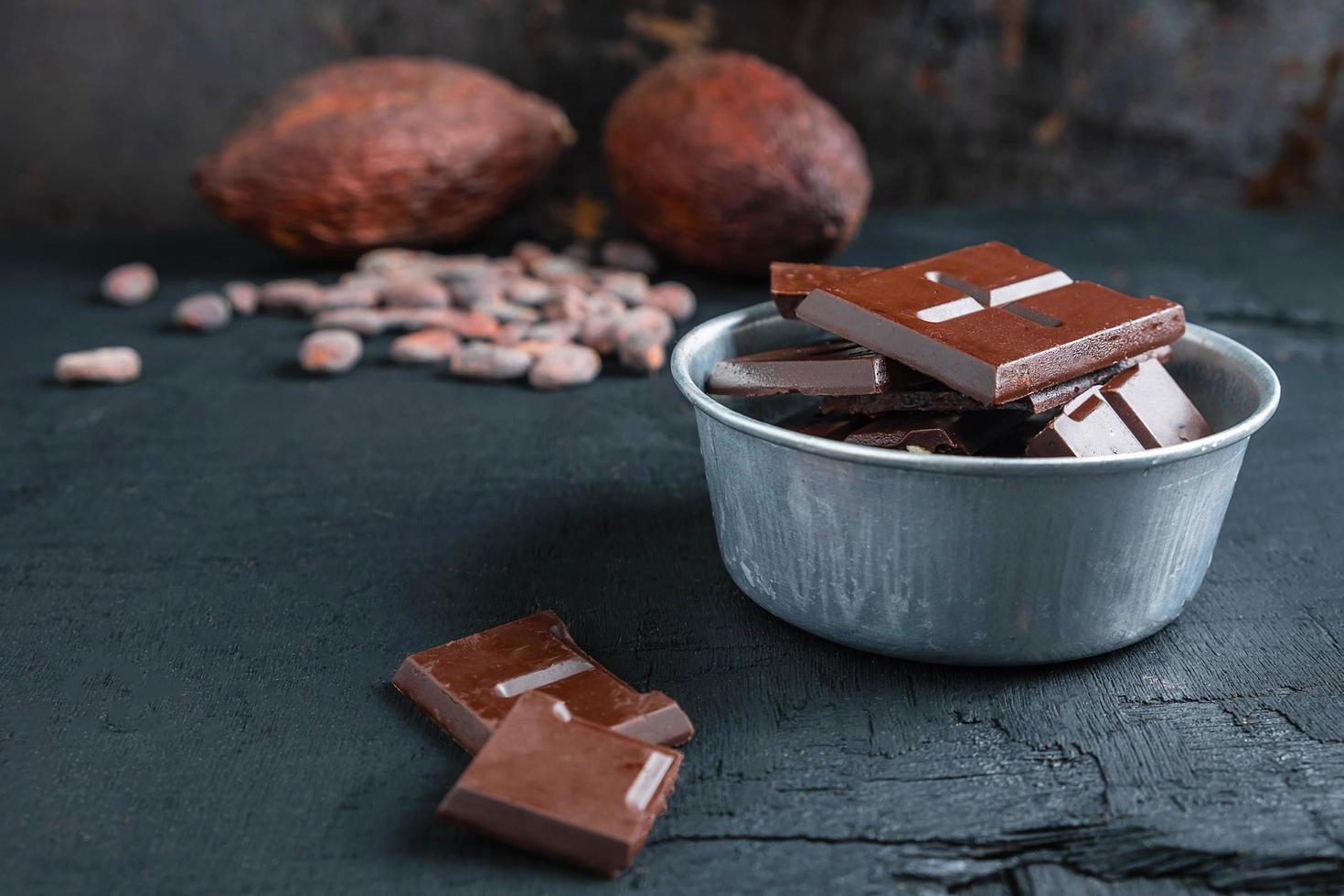 chocolate negro en un bol foto