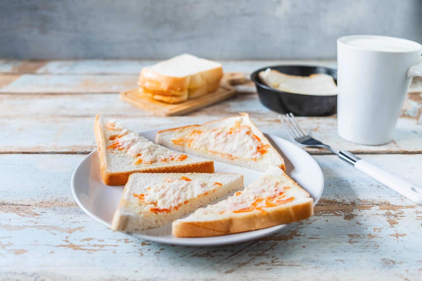 tostadas en rodajas en un plato foto