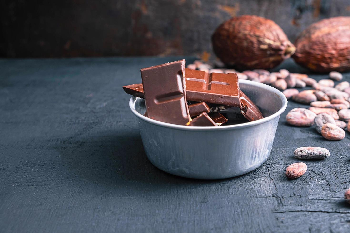 chocolate negro y granos de cacao foto