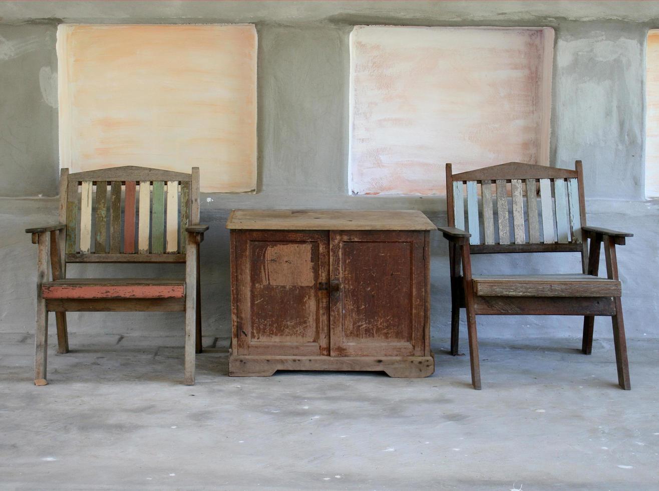 mesa y sillas rústicas foto