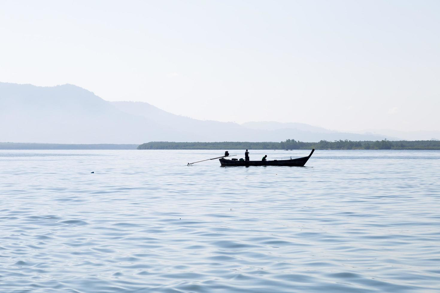 silueta de un barco de pesca foto