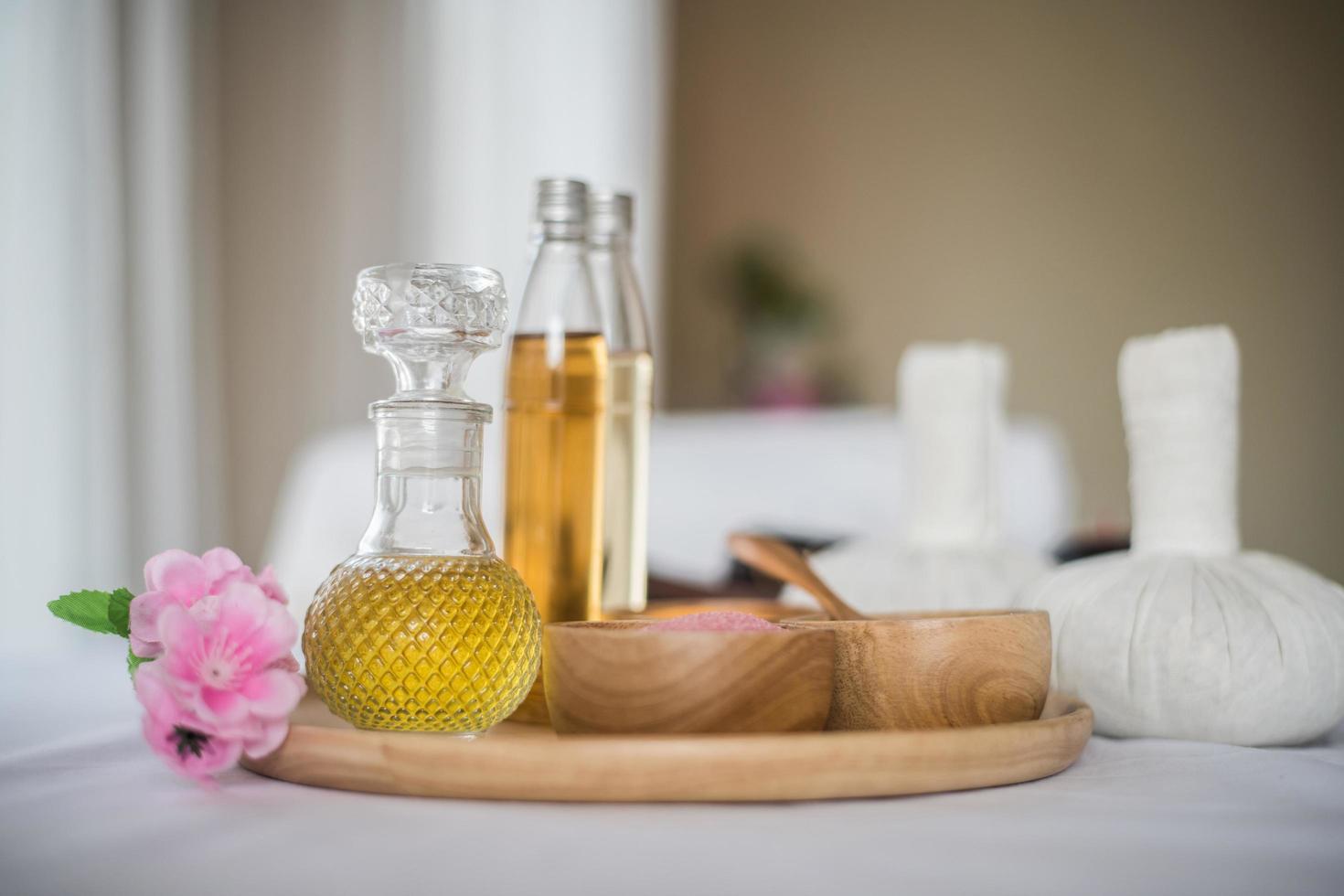 botella de aceite esencial y tratamientos de spa foto