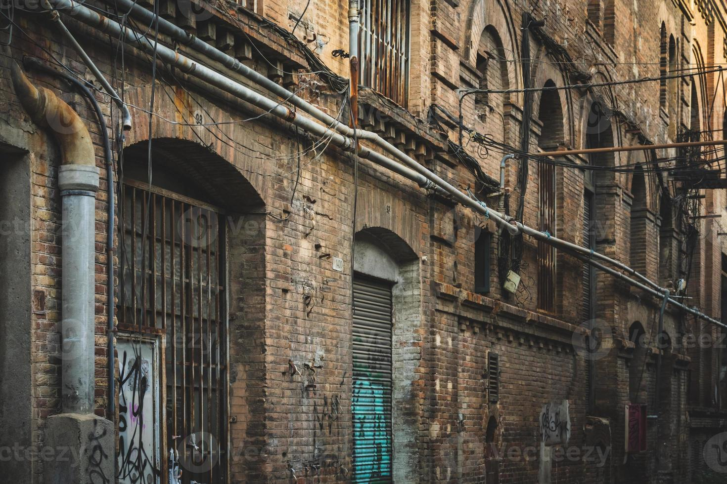 Fachada desgastada de una antigua fábrica textil foto
