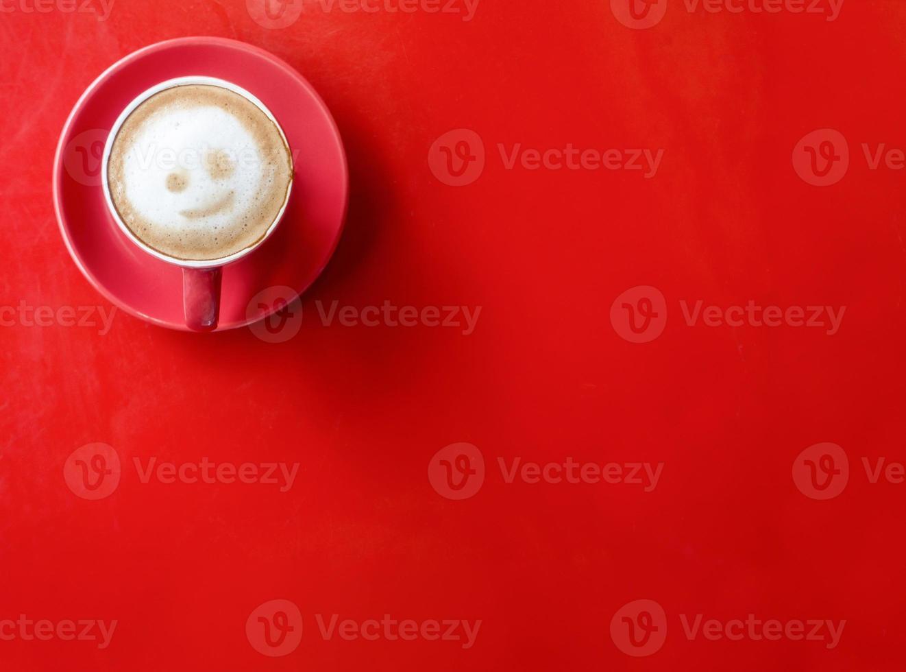 taza de café roja sobre fondo rojo foto