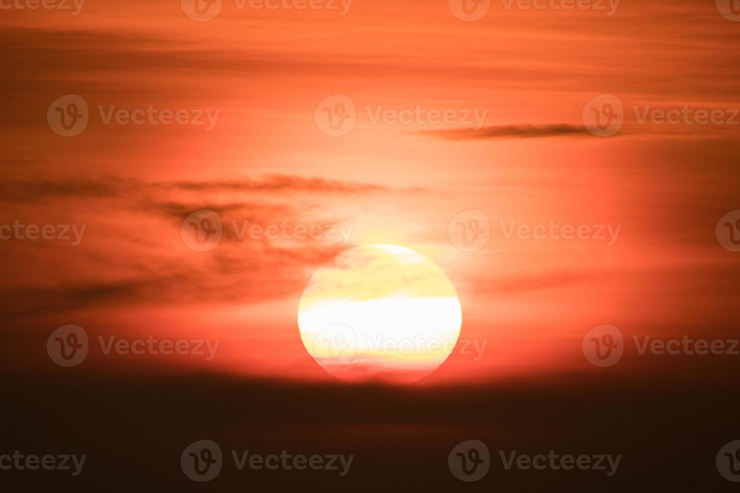 puesta de sol naranja y nubes foto