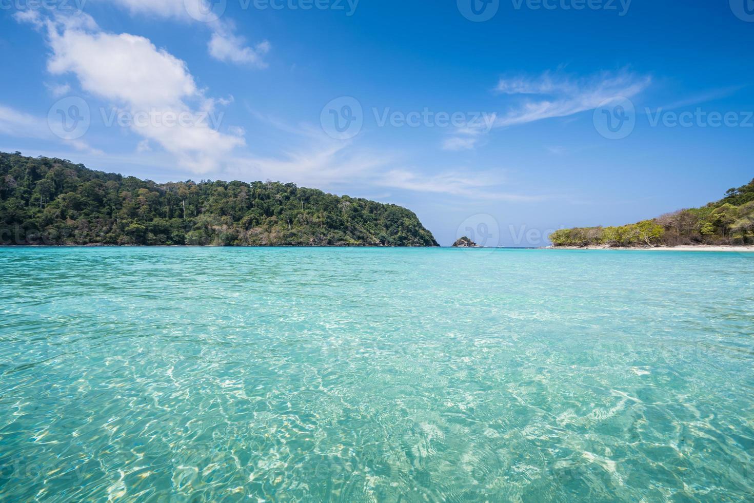 agua azul clara y montañas foto