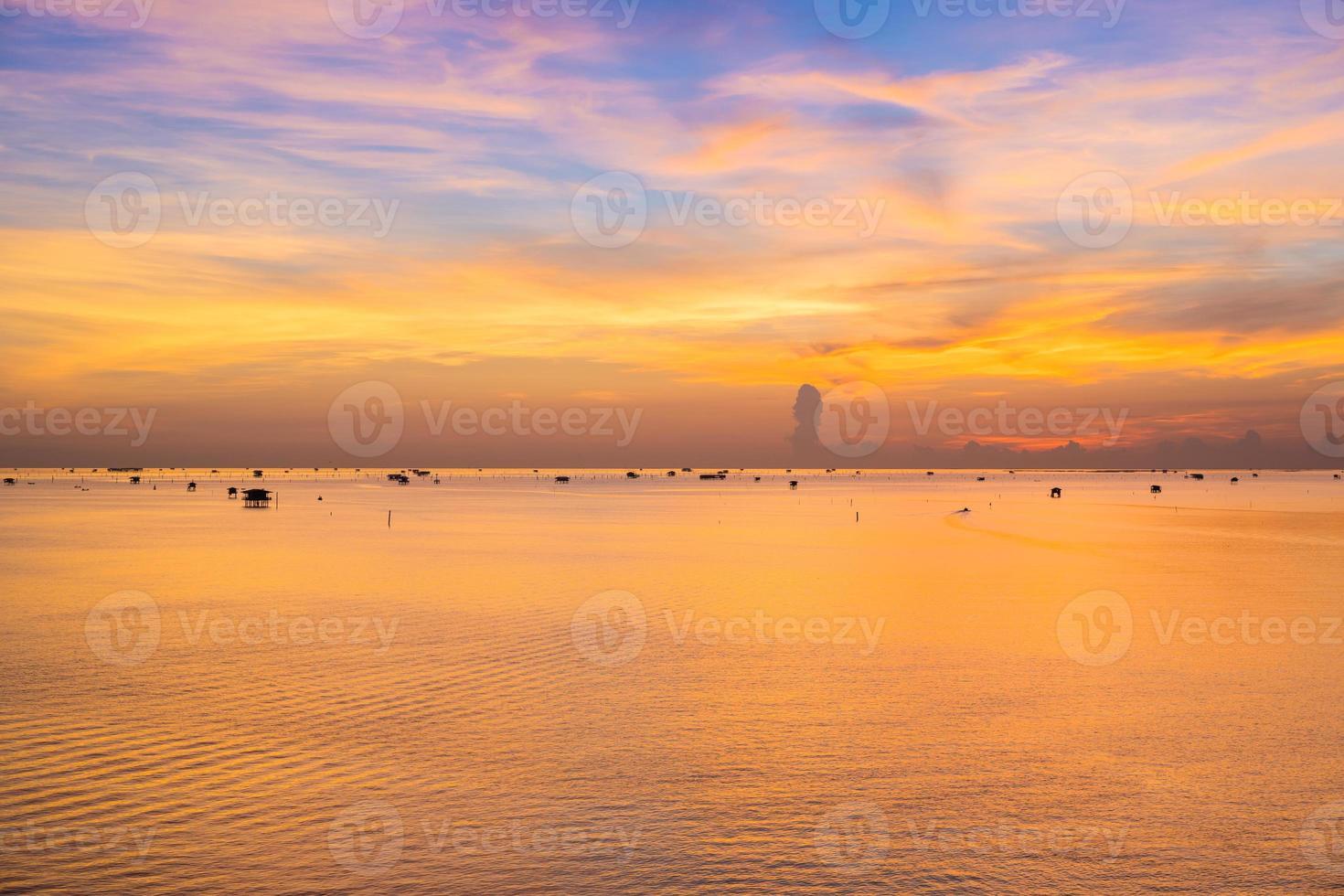 amanecer reflejándose sobre el agua foto