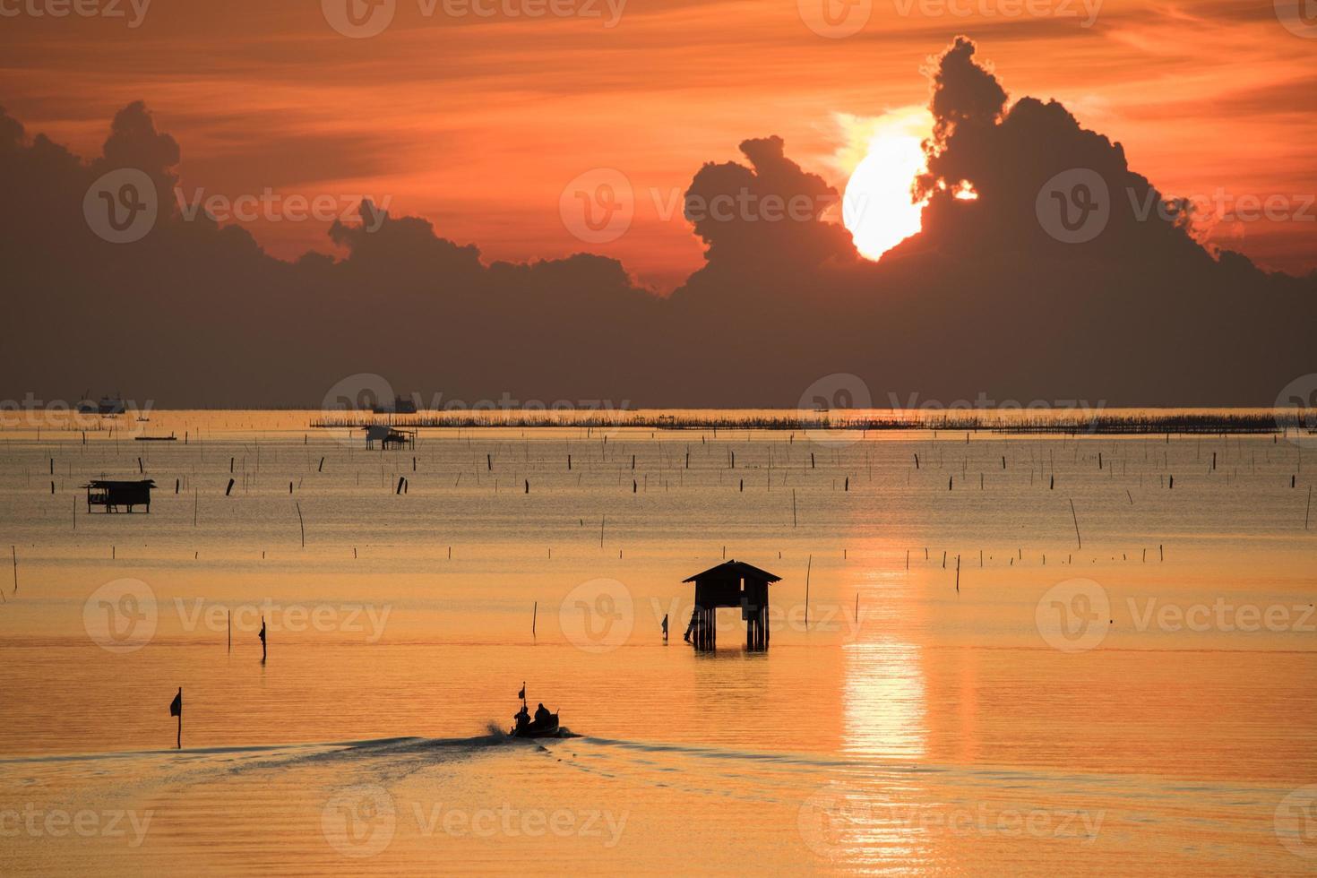 cabañas flotantes en el agua al atardecer foto