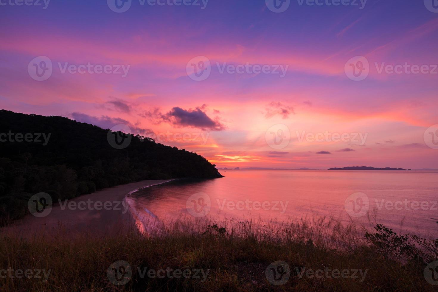 colorido amanecer sobre el océano foto