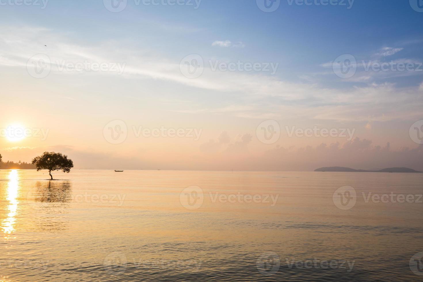 reflejo del amanecer sobre el agua foto