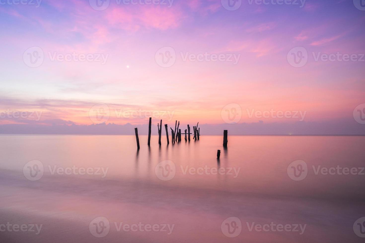 reflejo del amanecer en el agua foto