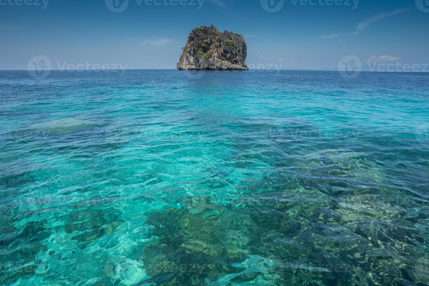 agua tropical y rocas foto