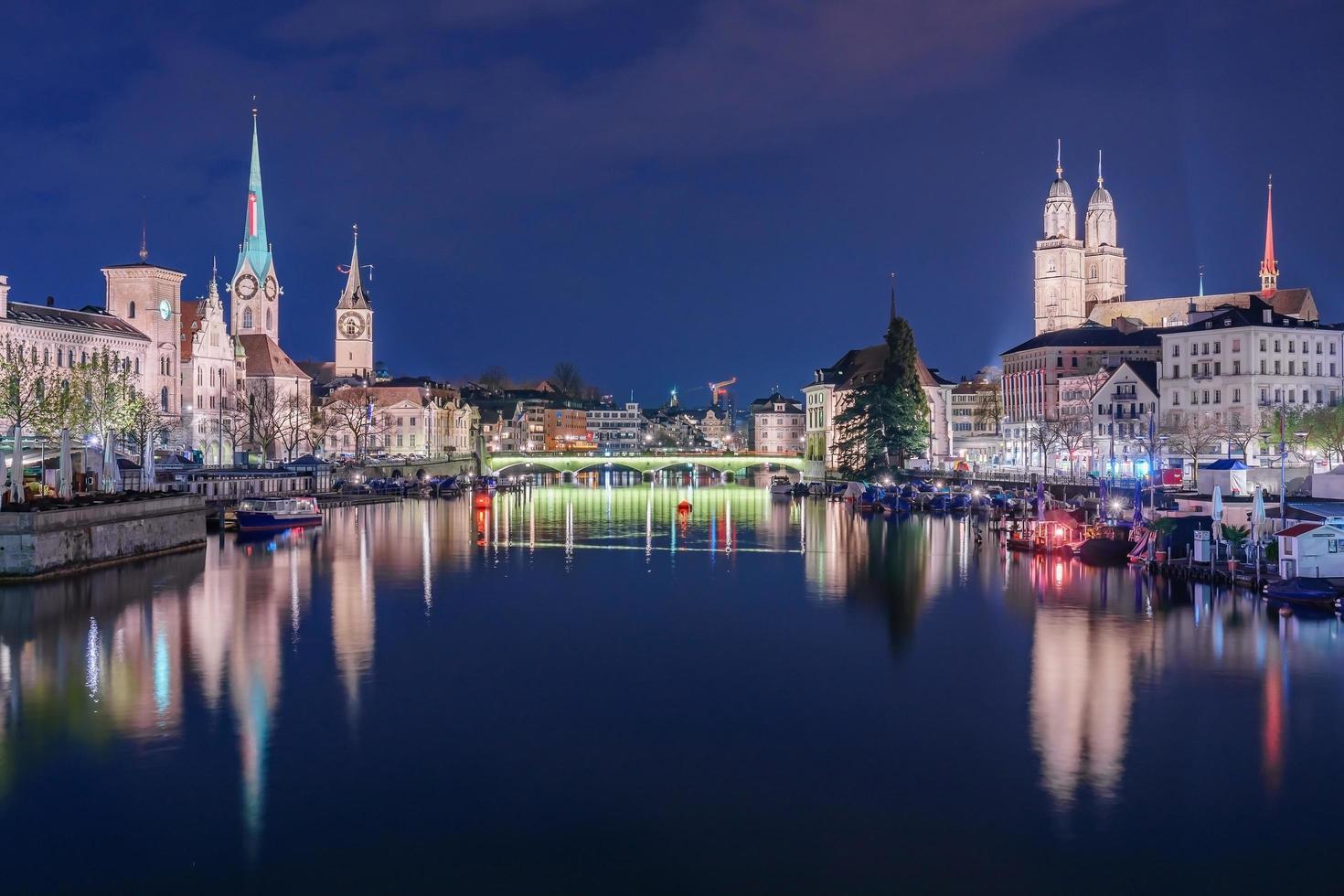 vista panorámica del centro histórico de la ciudad de zurich foto