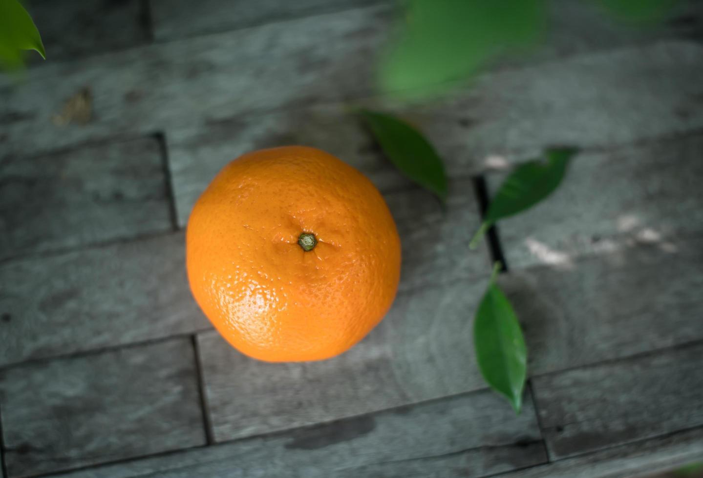 naranja sobre un fondo de madera foto