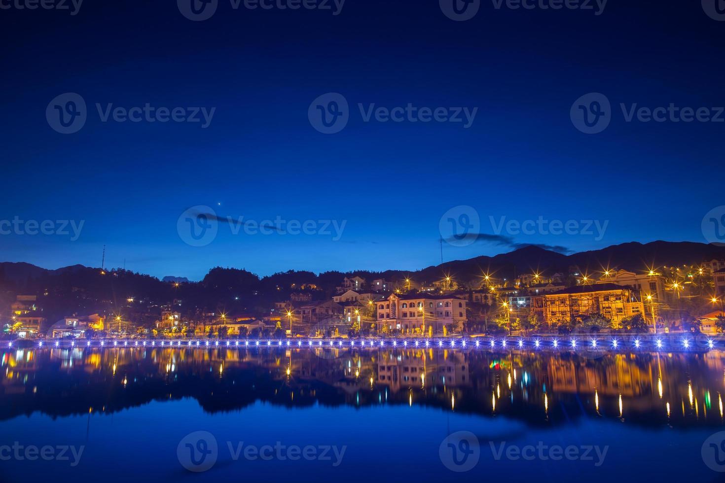 reflejo de edificios y luces en el agua. foto