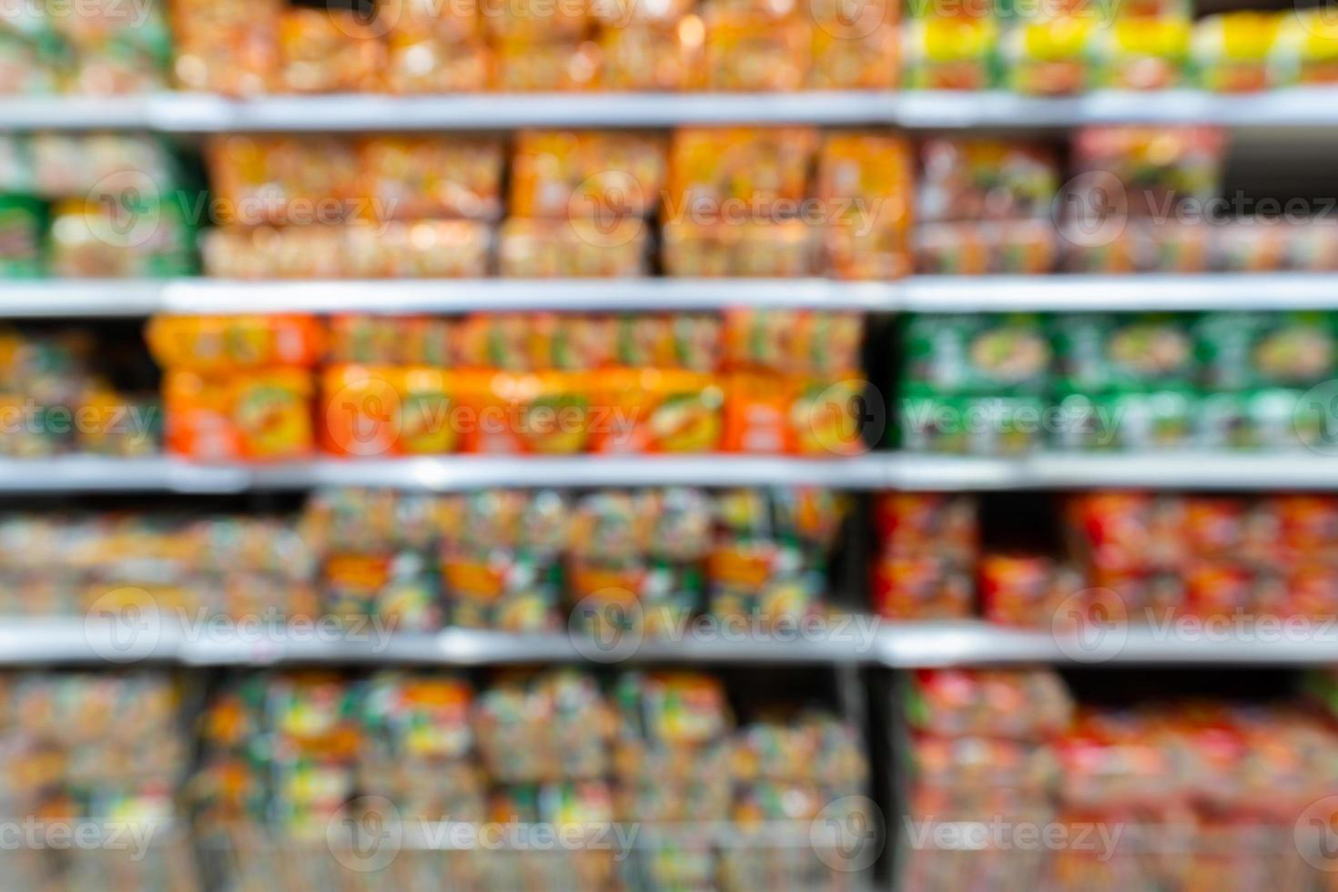 estantes borrosos de la tienda de comestibles foto