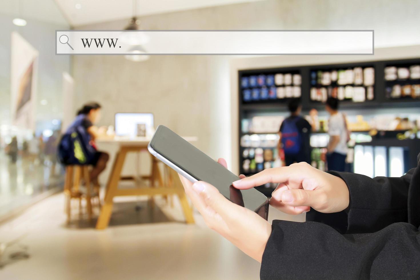 persona que usa una tableta dentro de una tienda o cafetería foto