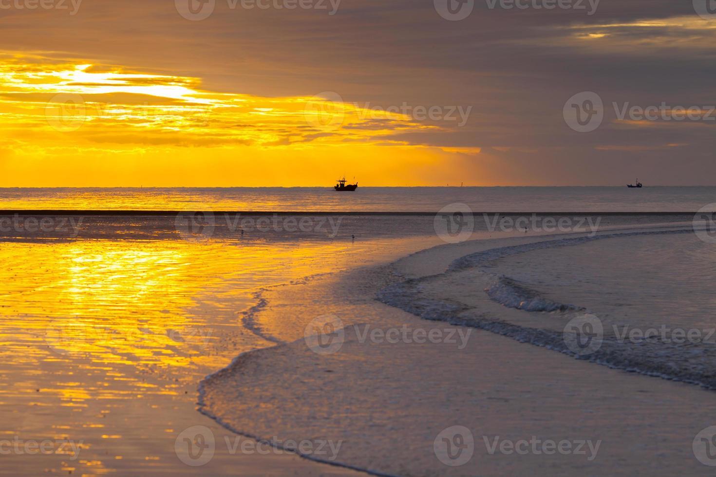 el amanecer es reflejo en una playa foto