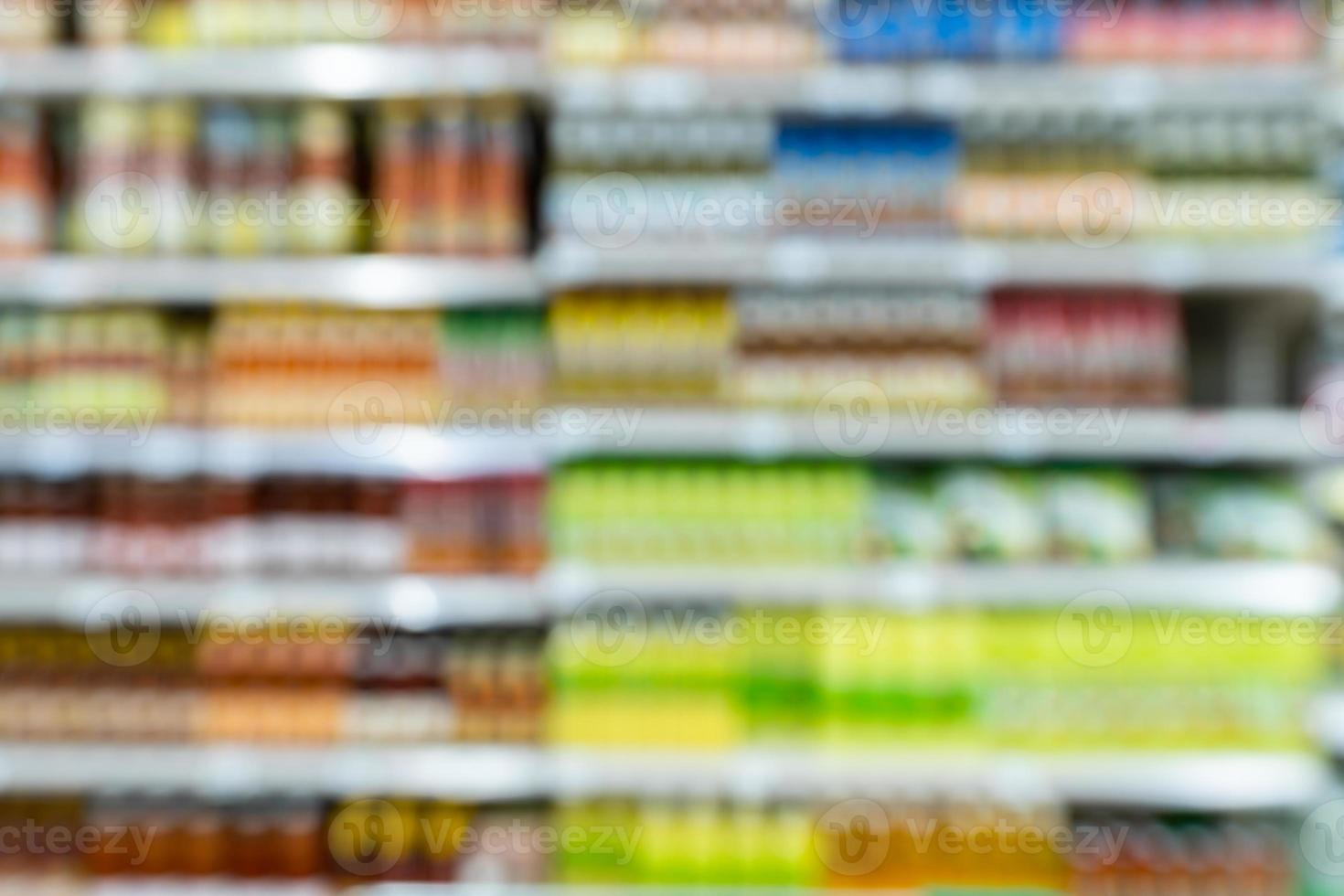 estantes del supermercado borrosos foto