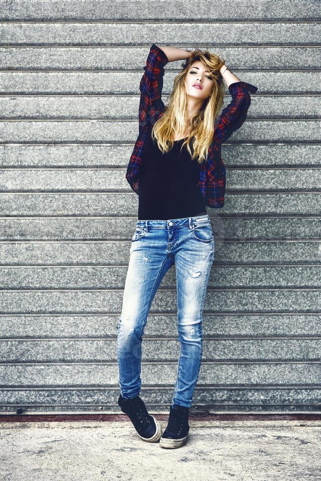 moda calle retrato de una joven mujer sexy foto