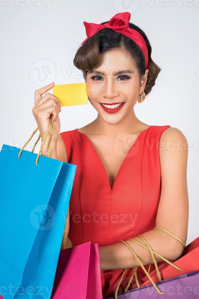 mujer de moda de compras con bolsa y tarjeta de crédito foto