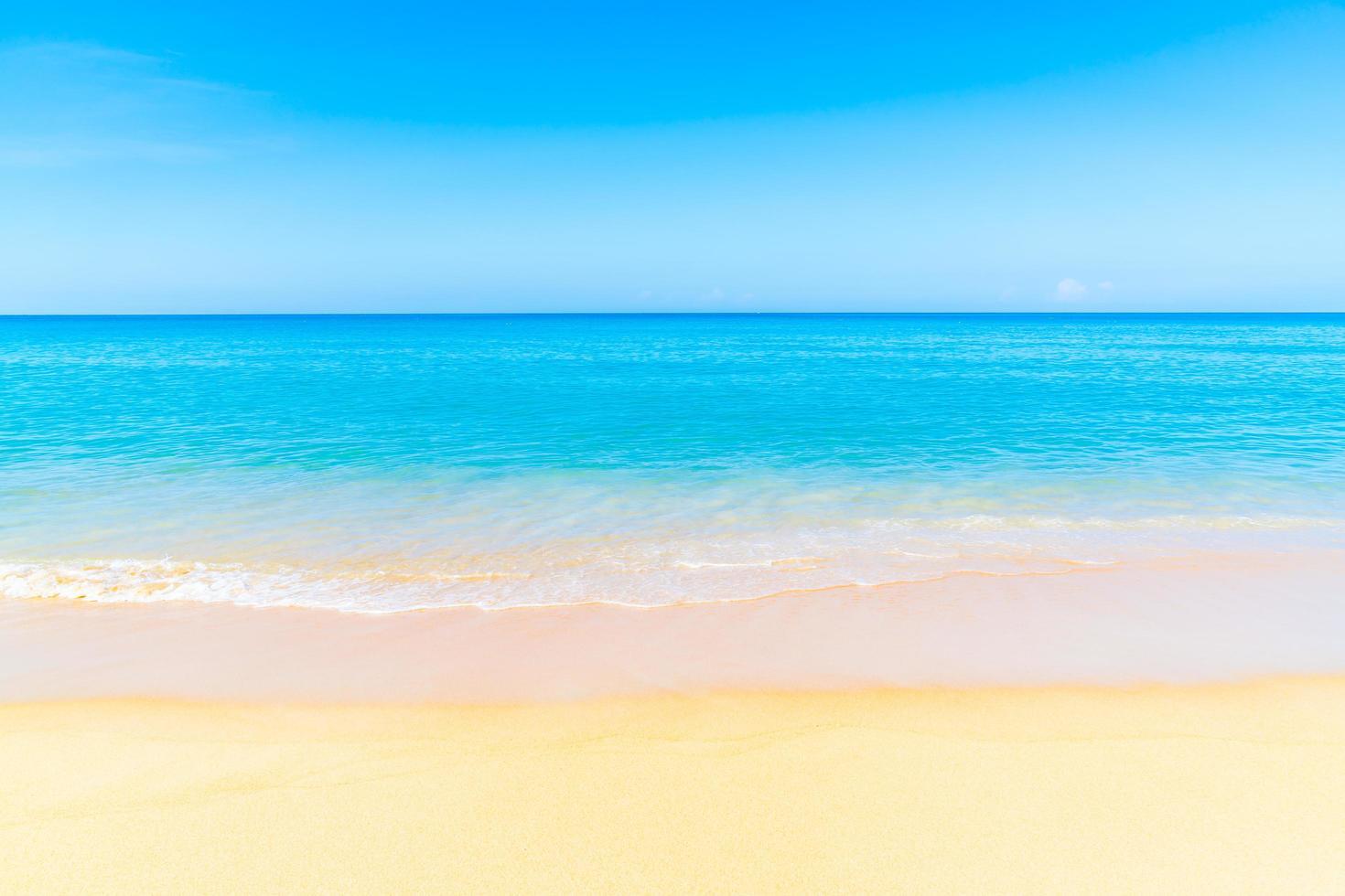 hermosa playa de arena y mar foto