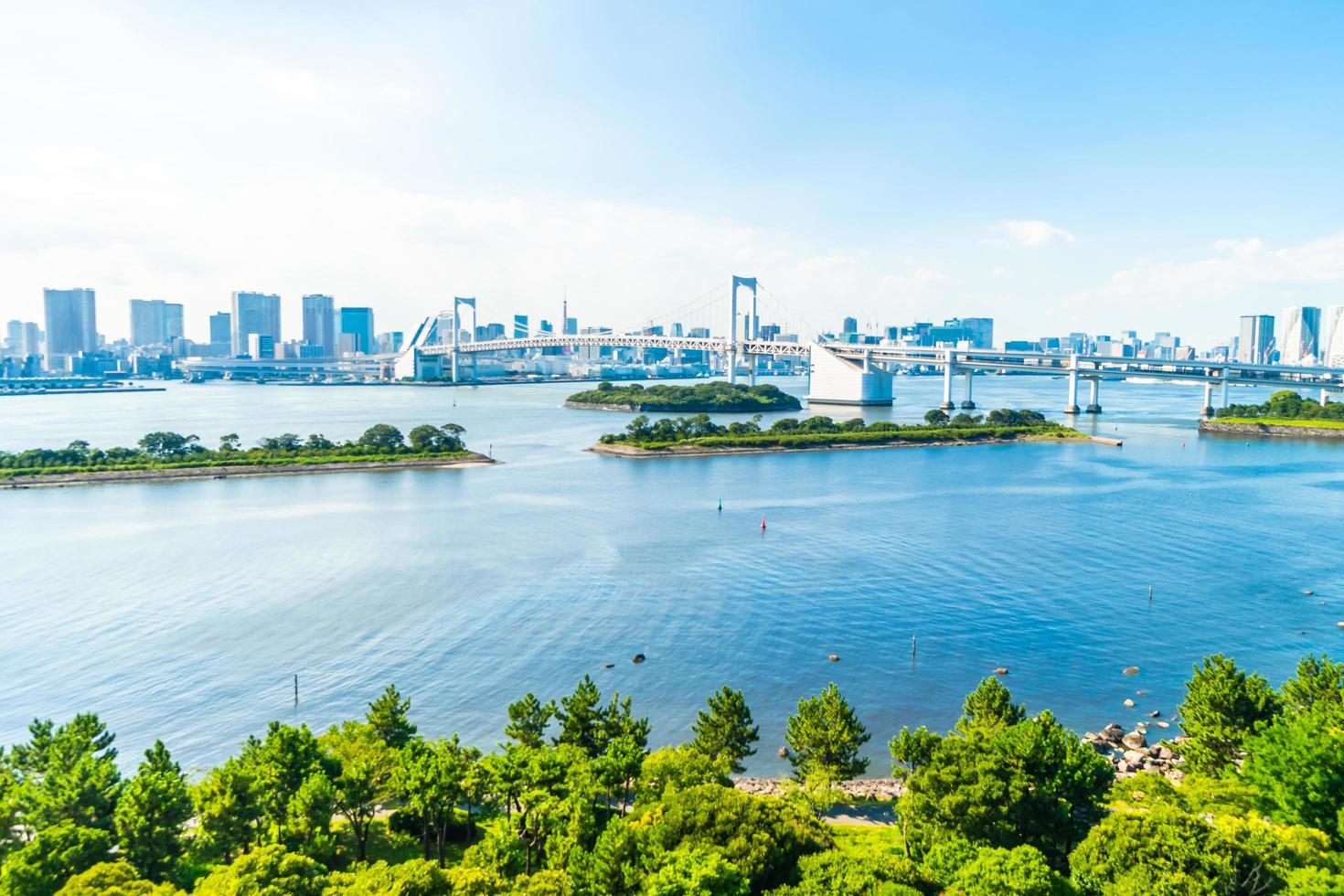 paisaje urbano de la ciudad de tokio con el puente arcoiris foto