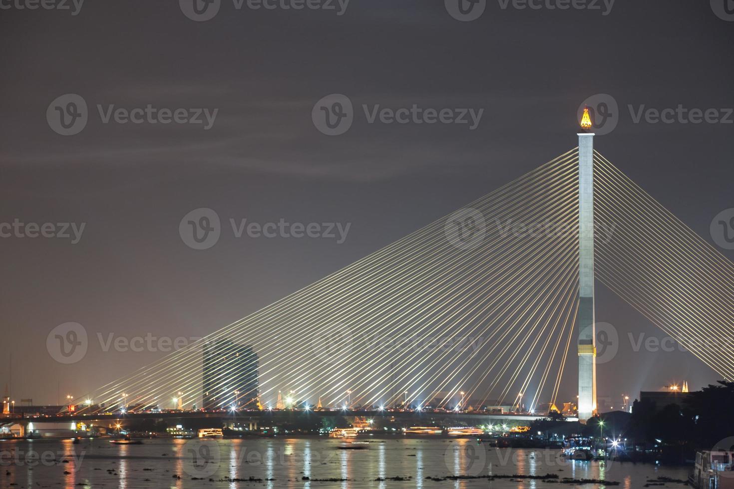 puente rama vii en la noche foto