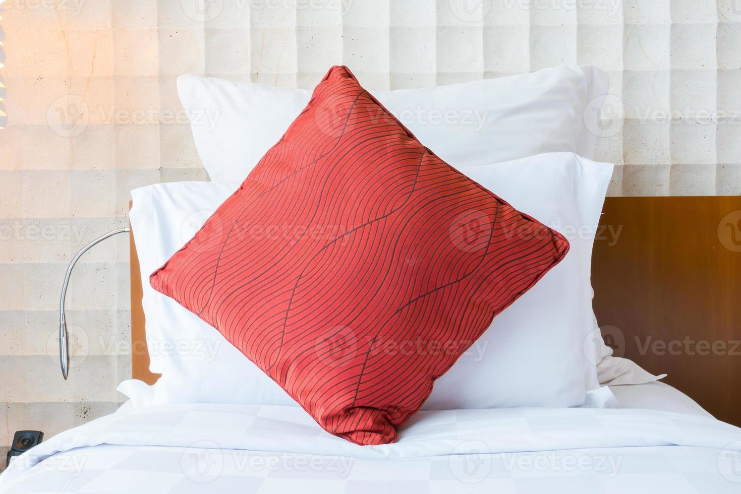 cama con una almohada roja foto