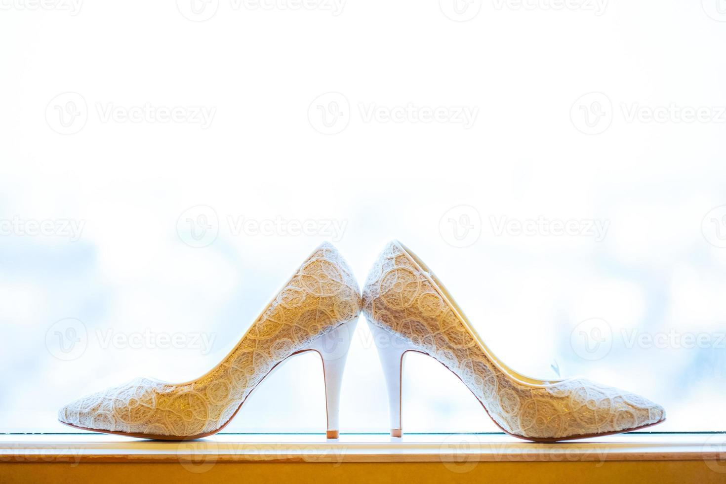 zapatos de novia en una ventana foto