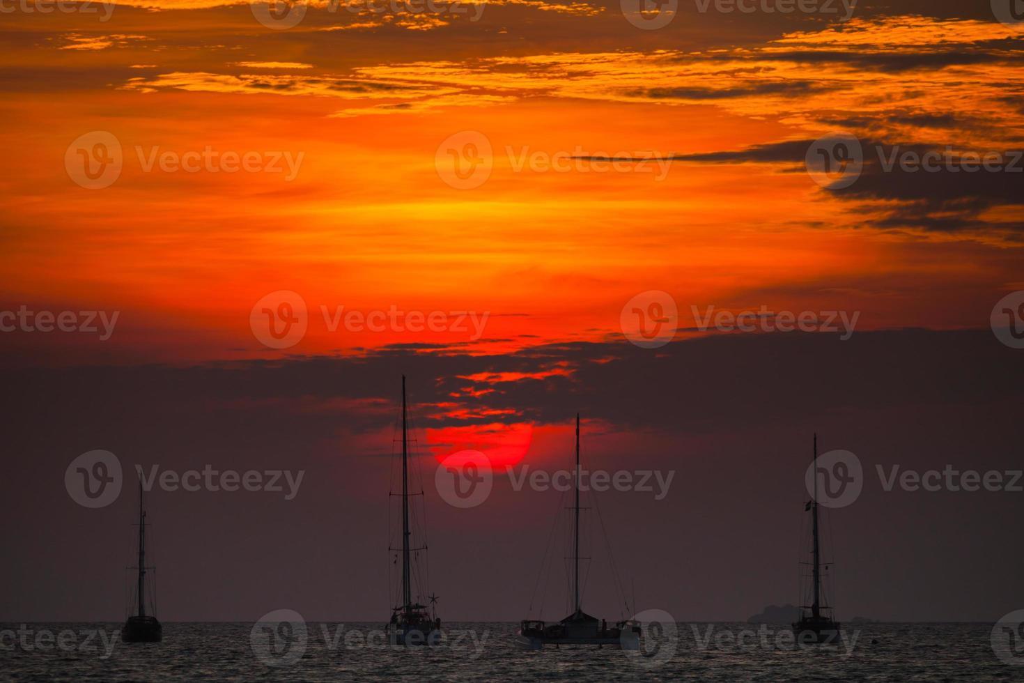 puesta de sol roja sobre el agua foto