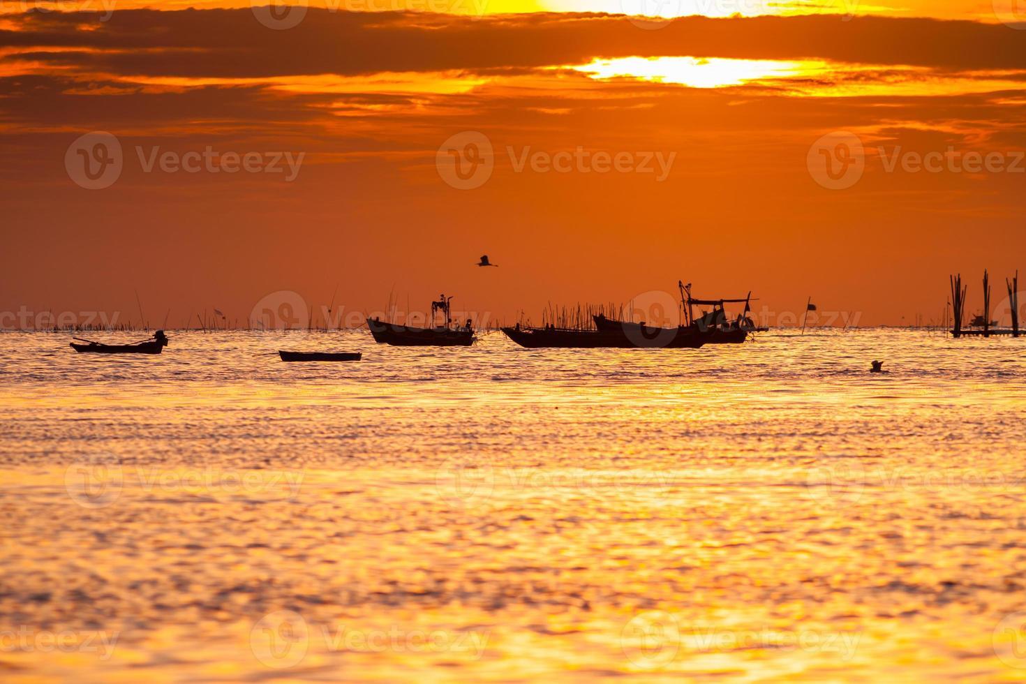 barcos en el agua al atardecer foto